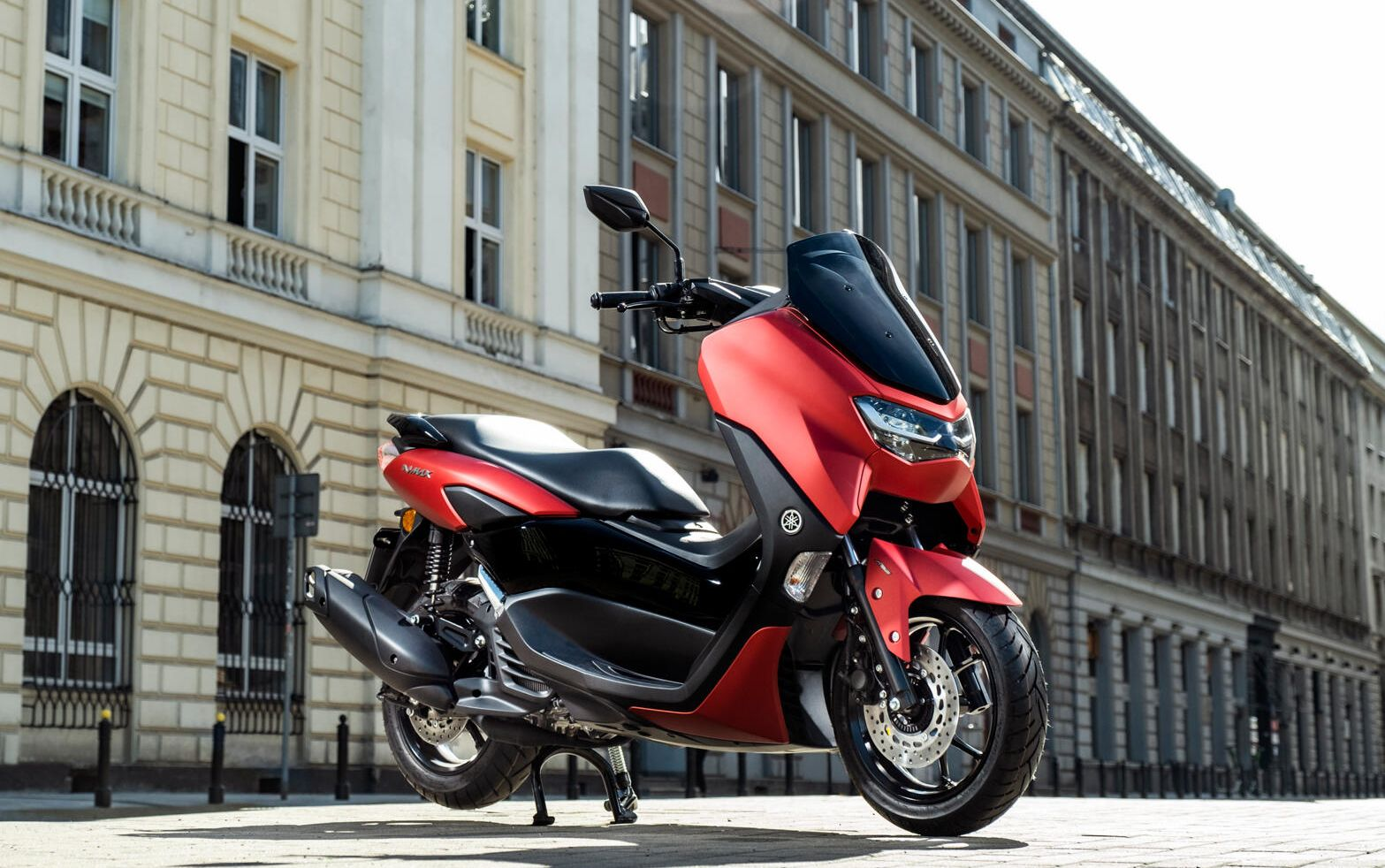 tnol.co.id- sobat bro sekalian pasti sudah tidak asing lagi dengan roda dua yang satu ini,Yamaha Nmax.Jika di indonesia Yamaha Nmax ini hanya di jual dengan 1 pilihan mesin saja,sementara di negara lain motor ini menyajikan 2 tipe mesin yaitu 125cc dan 155cc.
